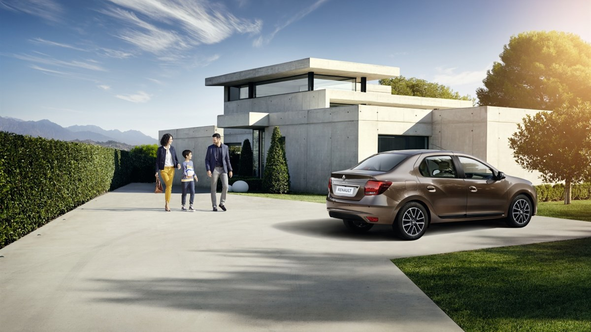 A happy family walking towards Renault SYMBOL